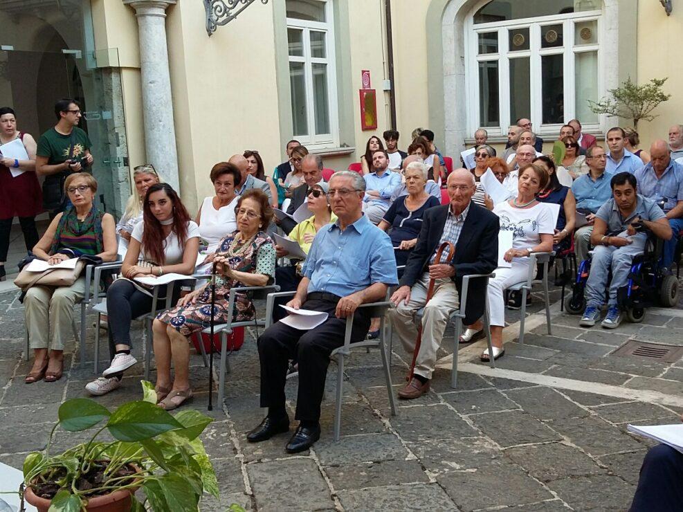 """Il pubblico della lettura collettiva """"Leggere De Sanctis. Un viaggio elettorale"""", Avellino 25 agosto 2017."""