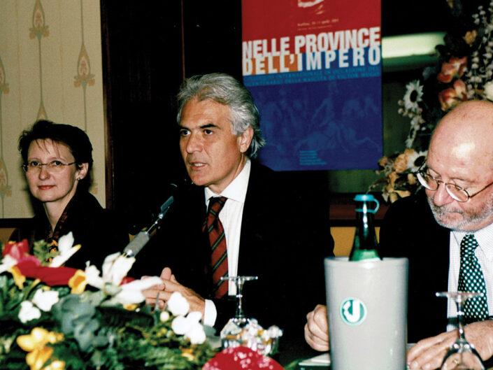"""L'ambasciatrice Christine Moro, Luigi Mascilli Migliorini e Pierre Berthier al convegno """"Nelle province dell'impero"""", Avellino 10-13 aprile 2002."""