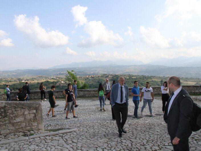"""Nunzio Cignarella, Berardino Zoina e gli studenti della prima edizione della Summer School """"Globalizzazione e sviluppo sostenibile"""", Castello di Gesualdo 6-7 settembre 2019."""
