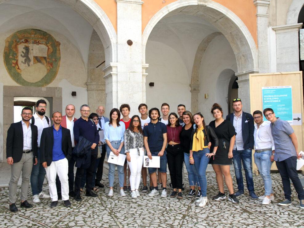 """Foto di gruppo della prima edizione della Summer School """"Globalizzazione e sviluppo sostenibile"""", Castello di Gesualdo 6-7 settembre 2019."""