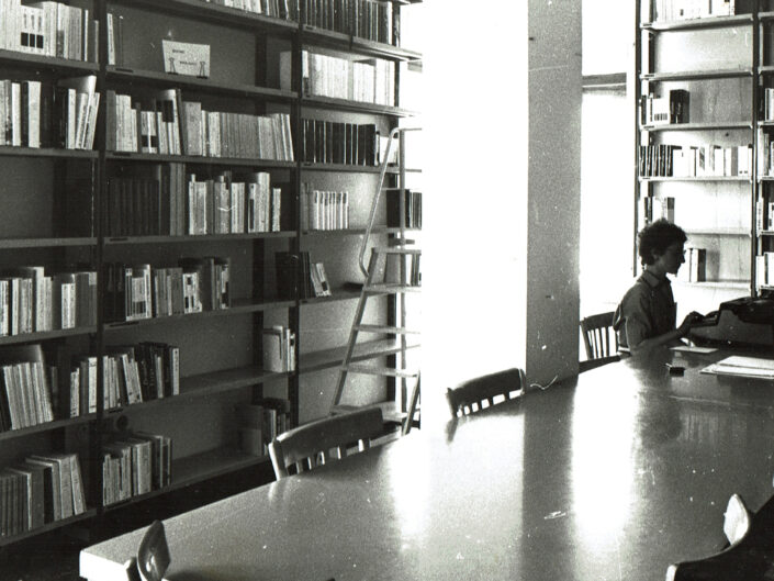Le prime raccolte documentarie nella sala di lettura della sede del Centro Dorso in via gen. Berardi, 1981.