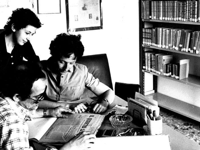 Bruno Ucci, primo segretario del Centro, Emilia Alifano e Cecilia Valentino nella sede del Centro Dorso in via gen. Berardi, 1981.